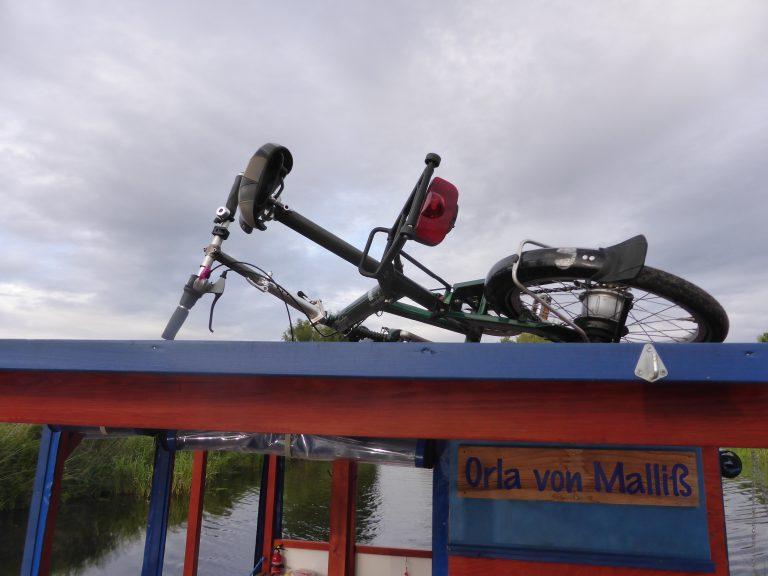 Fahrrad und Floß