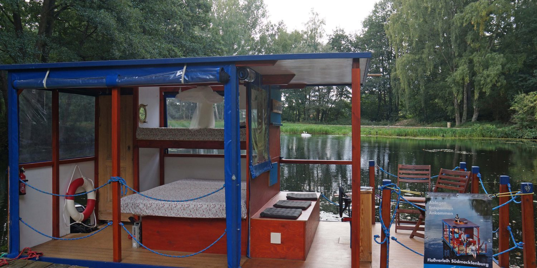 Hausboot mit Schwan